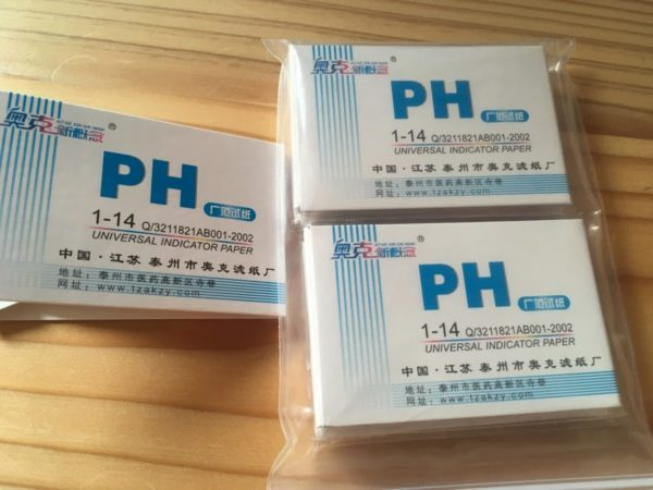 尿路結石予防でネコのおしっこをpH値測定する試験紙